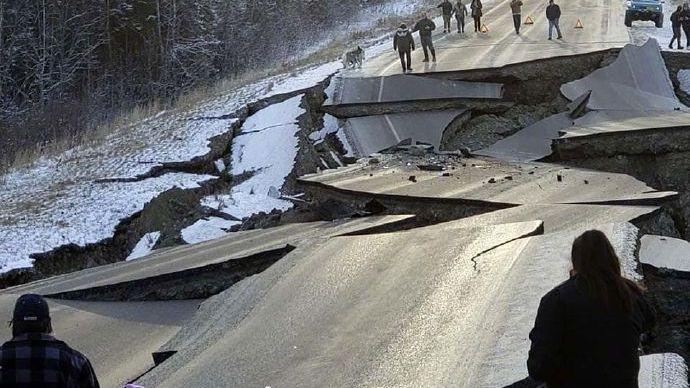 """国家地震台网官方微博""""中国地震台网速报""""发布的安克雷奇市震后照片,部分道路受损严重。来源:中国地震台网速报"""
