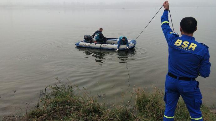 蓝天声援队正在打捞尸体。图片来源:六安市蓝天声援队官方微博