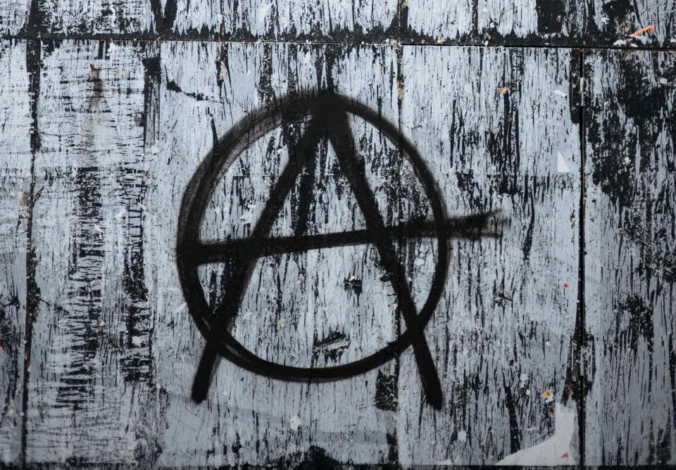 象征无当局主义的涂鸦在位于巴黎第八区的马德莱娜教堂附近展现