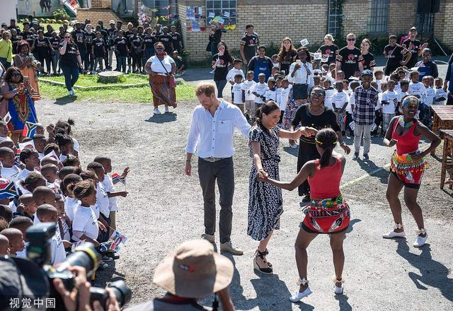 英哈里王子夫妇访问南非 跟小朋友亲密互动