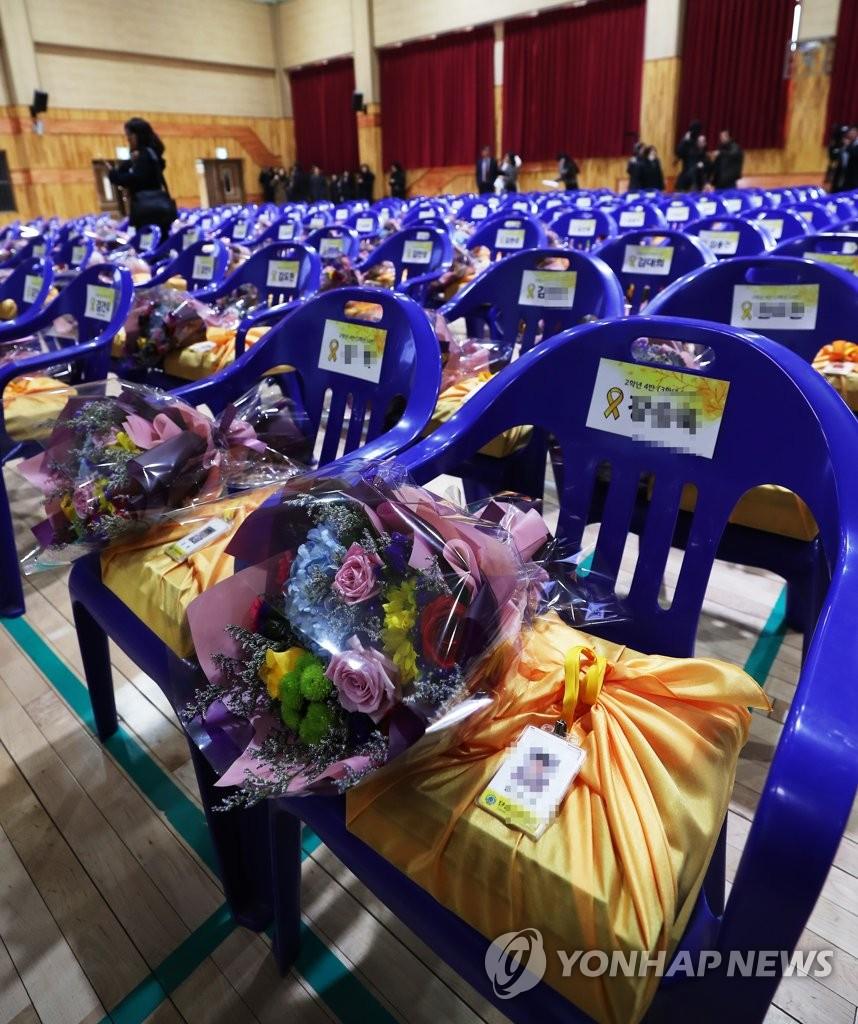 2月,韩国檀元高中为遇难的250名高二学生,举办名誉毕业典礼。(韩联社)