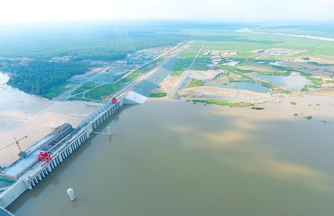 7月15日,柬埔寨桑河二级水电站最先下闸试蓄水。图丨中国能建