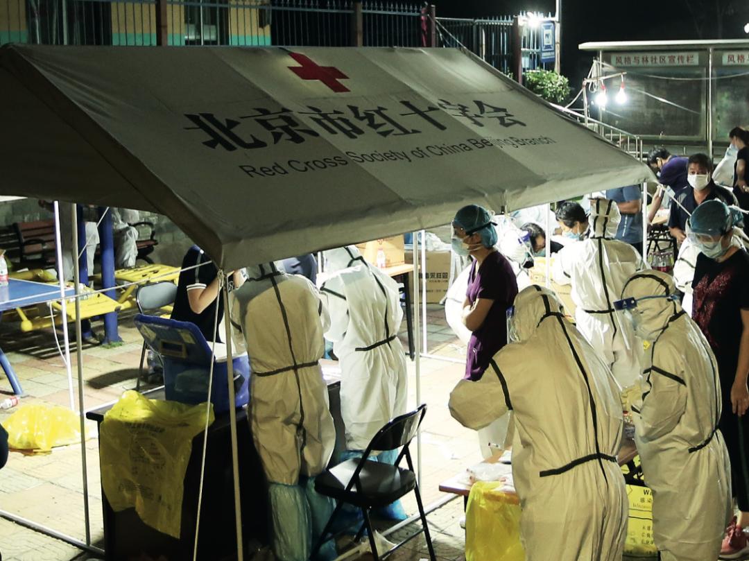 6月15日凌晨1点,位于北京丰台区新发地周边的风格与林小区正在进行全体居住人员新冠病毒核酸检测。图/人民视觉