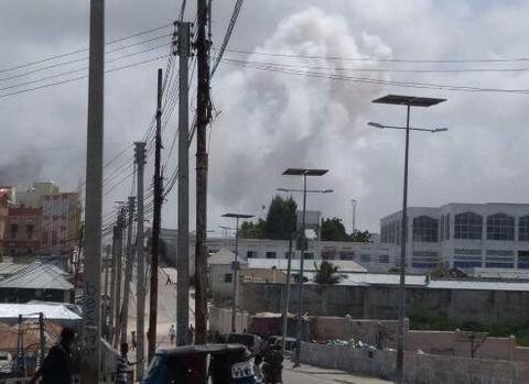 索马里首都突发连环爆炸及枪战 恐有人员伤亡