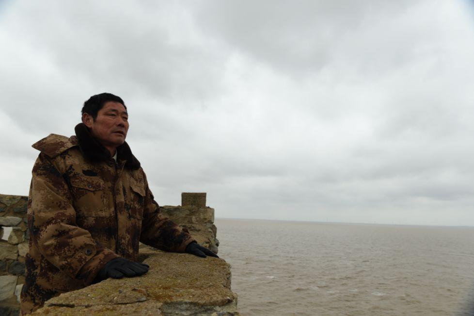 2017年2月21日,王继才在江苏开山岛上眺看远方。新华社记者 韩瑜庆 摄