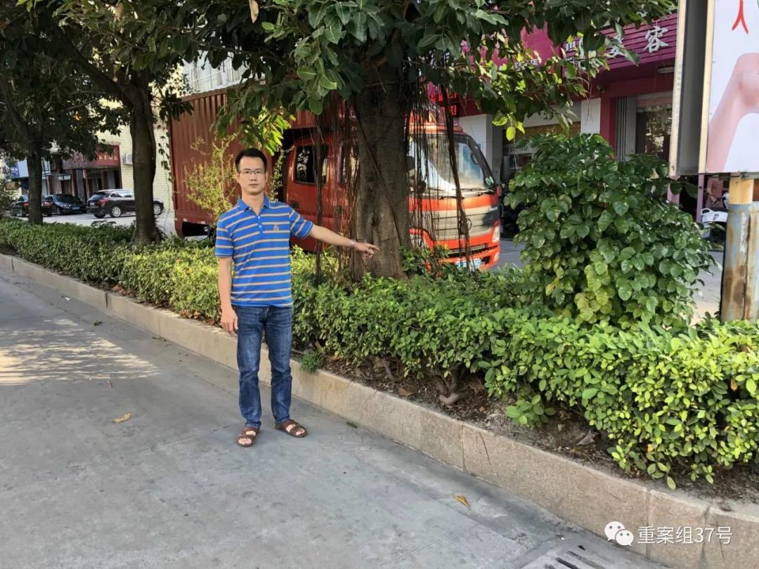 """2018年11月6日,林锐坚指着1996年""""1.13""""抢劫杀人案案发地,现已成为马路。新京报记者卢通摄"""