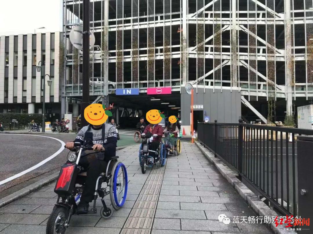 ↑乘坐电动轮椅同行人 图据蓝天畅行助残服务社