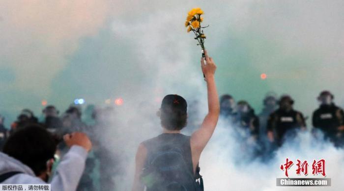 当地时间5月30日,美国明尼苏达州明尼阿波利斯市实走宵禁后,当地警方仍在和抗议民多对峙。