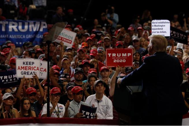 (支持者专注听特朗普讲话。 图源:路透社)