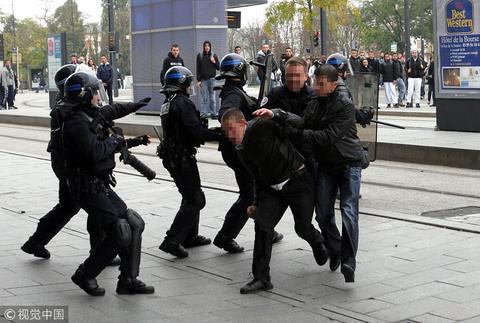 法国警察资料图。(图源:视觉中国)
