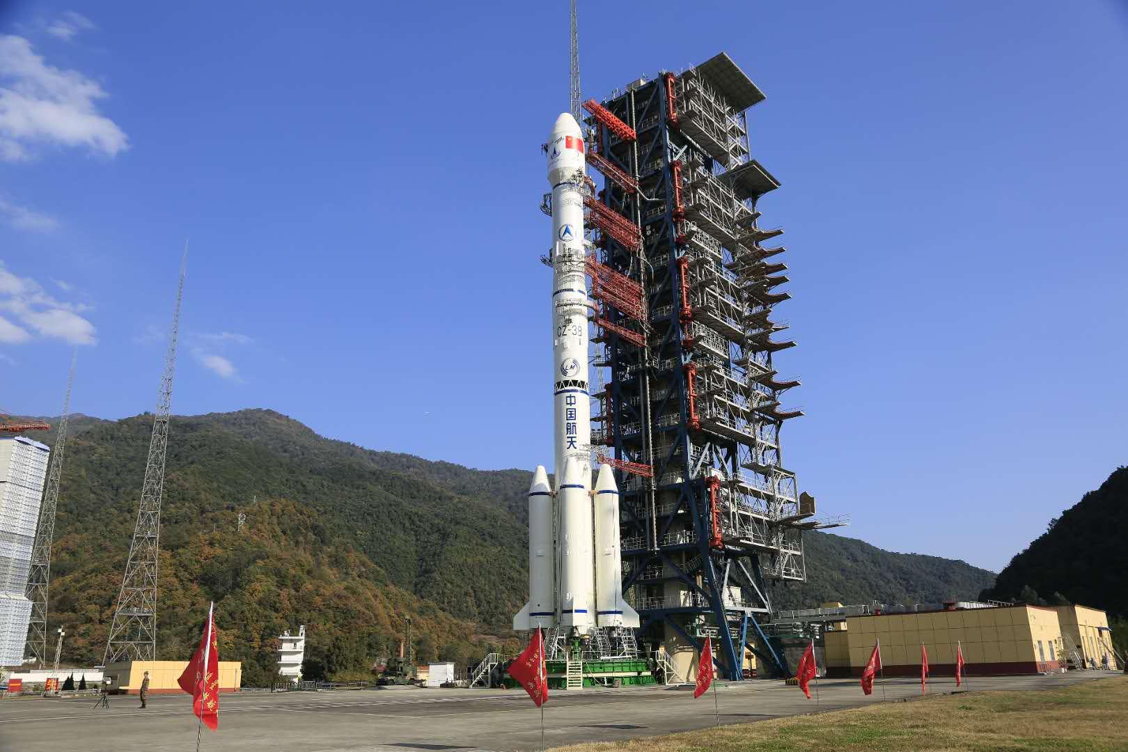 长征三号乙遥三十运载火箭整装待发,准备送嫦娥四号前去月球。供图/航天科技集团一院