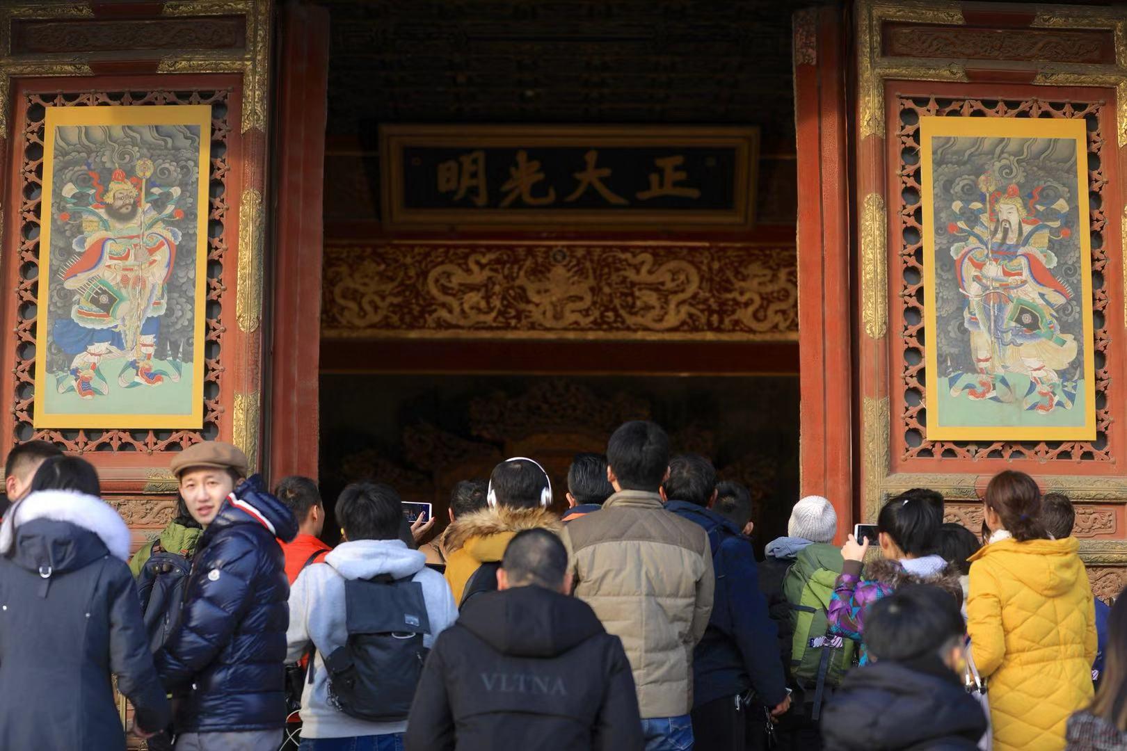 今天,乾清宫门窗上已挂上了门神。摄影/新京报记者