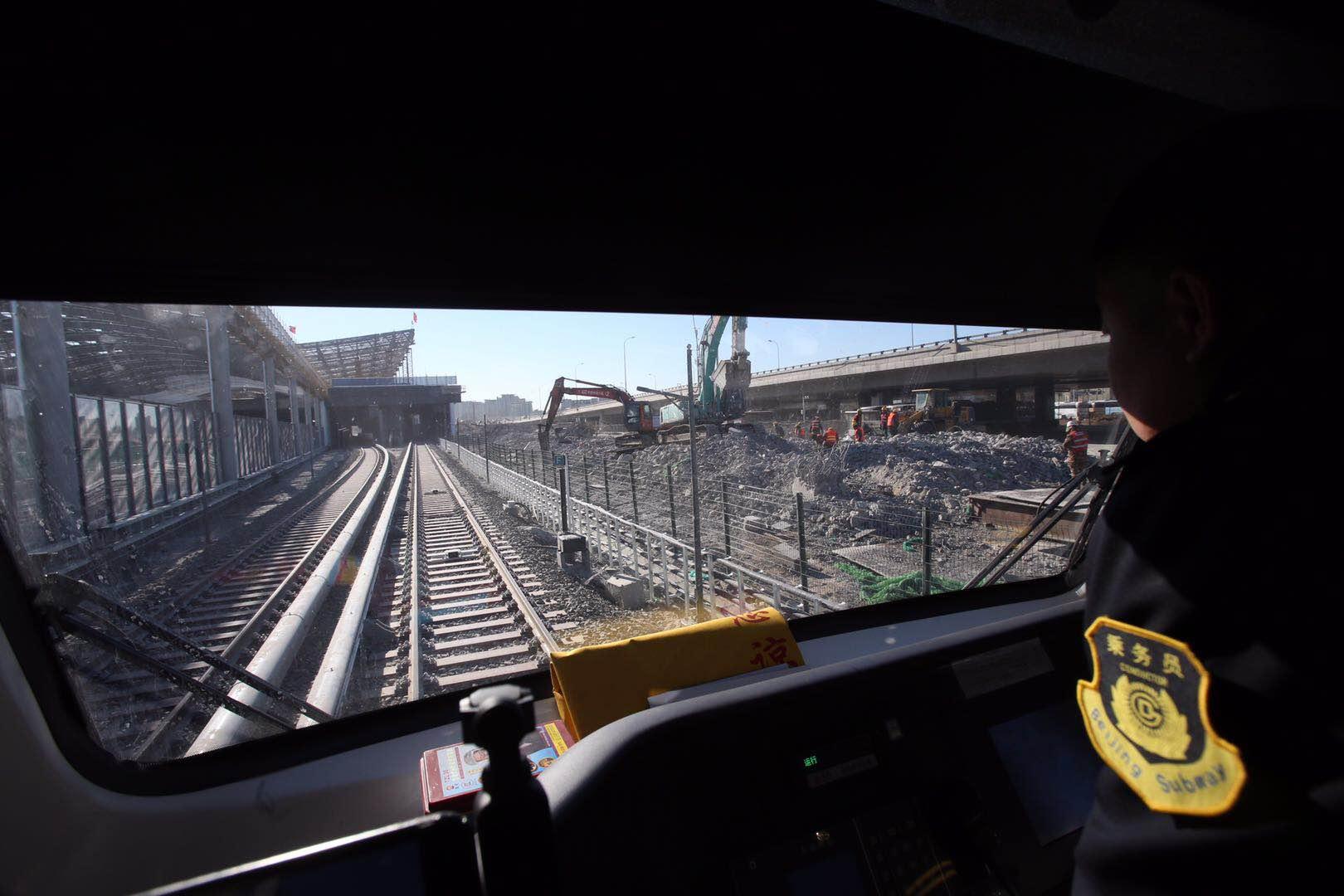 """今天上午10点,地铁13号线新改线路开始进行""""热滑测试"""",这也是此次拨线工程路最后一项测试工作。新京报记者 王贵彬/摄"""