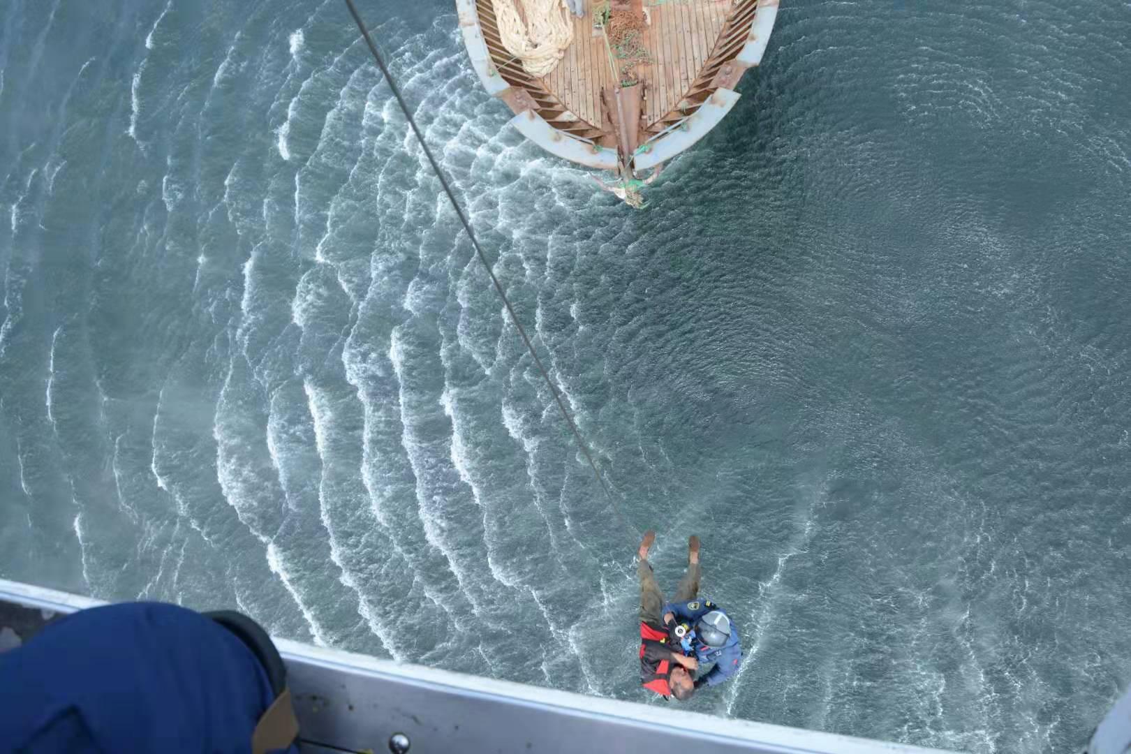 山东威海附近海域一渔船起火