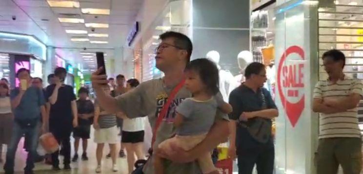 唱国歌男子在被指骂的情况下不退让(视频截图)