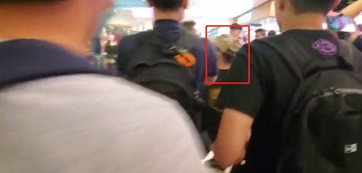唱国歌男子被图中男子攻击(视频截图)