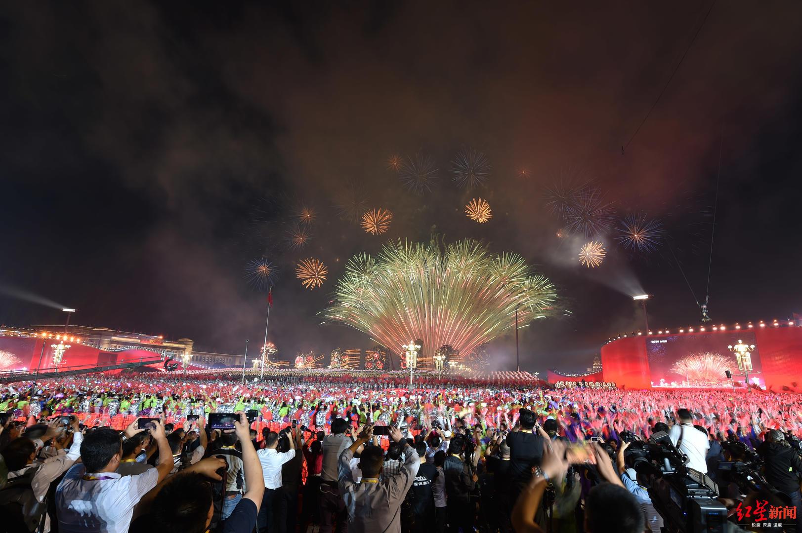 ↑烟花璀璨,北京的夜空被盛大而绚丽的烟火照亮。 图据IC photo