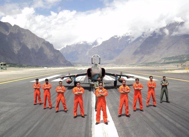 斯卡杜空军基地的强5战机和F-16战机,作为一个前线机场,巴基斯坦空军在此地部署战机证明其的进攻态度 图源;巴基斯坦空军