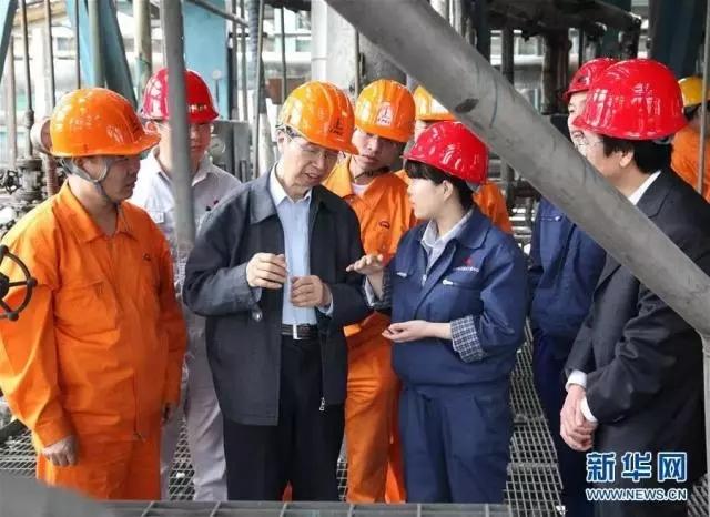 图为2010年5月,陈俊武(前左二)在陕西华县试验现场指导作业