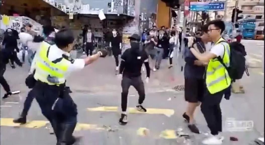 香港警察开枪击倒围攻夺枪暴徒
