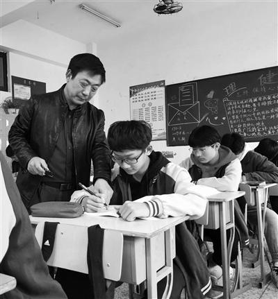 """数学老师用""""函数曲线""""绘出美图 学生舍不得擦"""