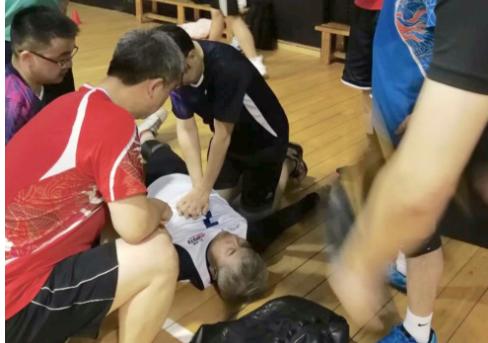 ▲3月25日晚,六名协和医院大夫在打球时,联手救助一名心脏骤停的市民。  图/新京报网