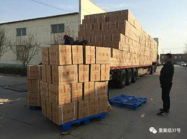 ▲3月5日,东阿鲁御公司,工人们正在将包装好的阿胶糕装上大货车。 新京报记者 大路 摄