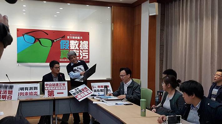 """台湾健康空气行动联盟今日指出,台当局""""环保署""""2018年PM2.5监测数据近四万笔列为无效,比2016年倍增,质疑""""环保署""""PM2.5监测假数据真空污。(图片来源:台湾《联合报》)"""