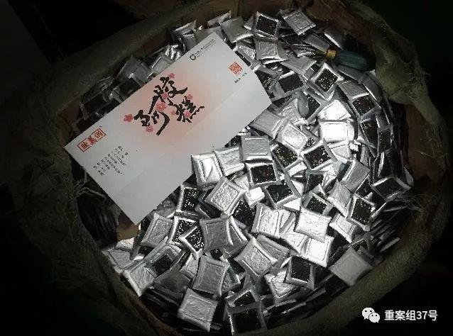 """▲3月5日,东阿祥云堂公司生产车间的纸箱里等待包装的""""阿胶糕""""。该公司负责人介绍,这些阿胶糕是用牛皮胶添加明胶熬制。 新京报记者 大路 摄"""