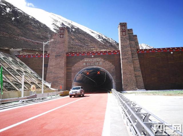 米拉山隧道出口(央广网发 图片为中铁二局五公司提供)