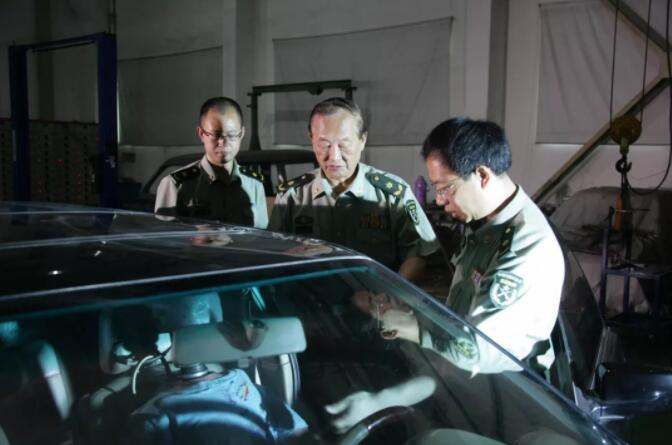 王正国院士(中)在开展交通医学研究。