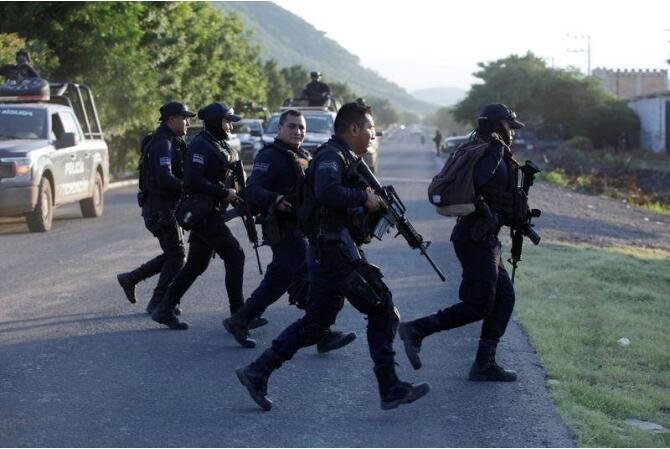 资料图:墨西哥警方打击毒贩。(图源:路透社)