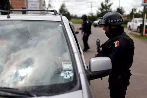 ▲原料图片:2015年7月,墨西哥警察在某联邦监狱附近的一处检查站检查以前车辆。 (新华社/路透)