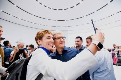 在美国加利福尼亚州丘珀蒂诺市,苹果公司首席执行官蒂姆·库克(右)与别人自拍合影。新华社/法新