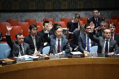 2014年4月10日,在纽约联合国总部,中国时任常驻联合国副代表王民(前排中)就关于在中非共和国部署维和部队的决议草案举手表决。 新华社记者牛晓雷摄