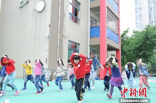 原料图:小儿园小朋侪在进走地震逃生模拟练习。中新社记者 张娅子 摄