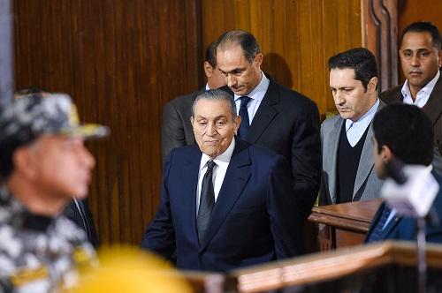 穆巴拉克(中)26日在两个儿子的陪同下现身法庭作证(法新社)