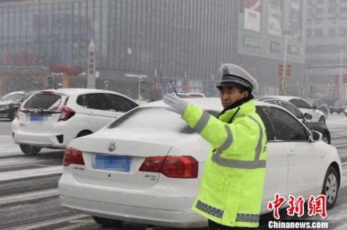 图为在雪中执勤的河北交警。警方供图