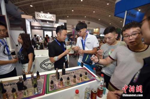 资料图:电子烟及周边产品展示。中新网记者 金硕 摄。