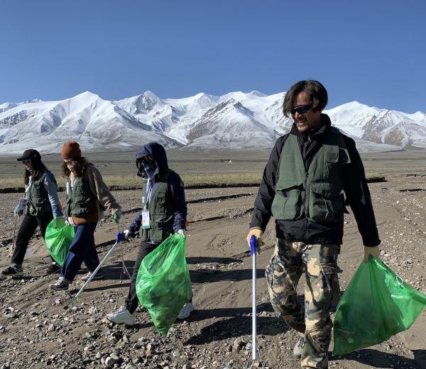 2019年7月,娛樂明星胡歌在玉珠峰下、青藏公路旁,參與撿垃圾活動。圖片來源:同行的志愿者提供