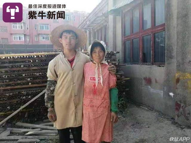 哥哥李国平和母亲在工厂里的合影