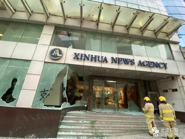 11月2日下午5时许,新华社亚太总分社办公大楼遭黑衣蒙面暴徒打砸破坏及纵火。图片来源:@新华视点