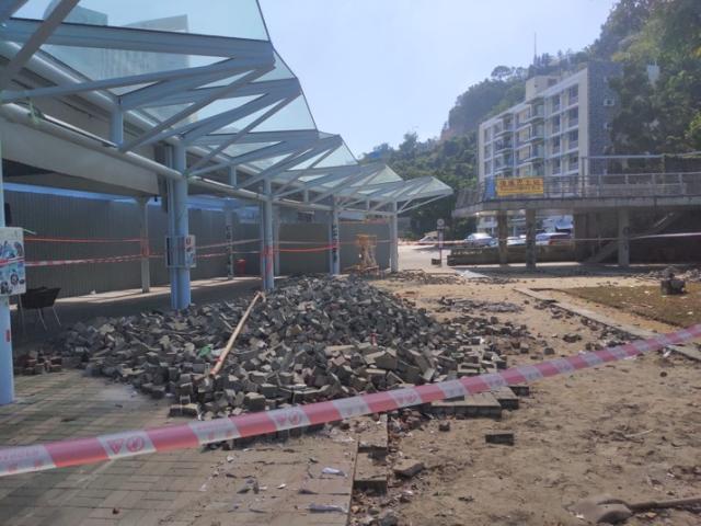 图为港中文校园内堆积的砖块