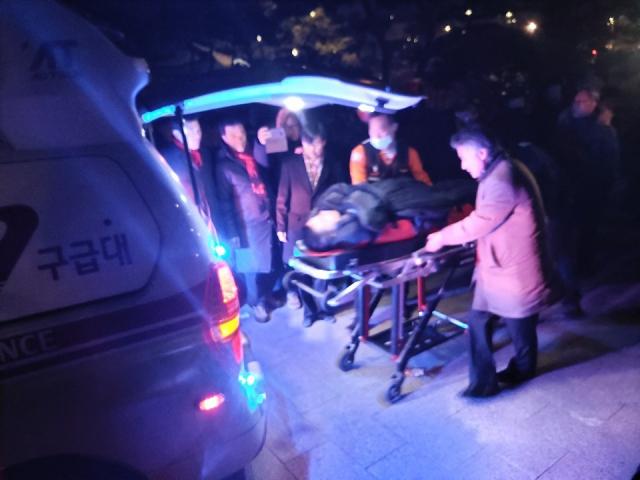 黄教安被抬上救护车(《每日新闻》)