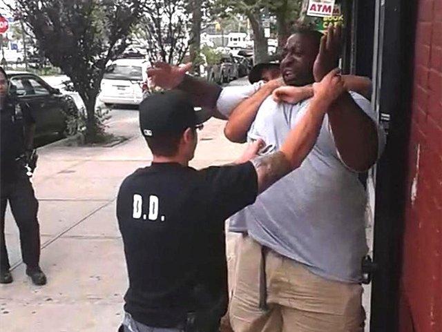 """2014年,非裔美国人埃里克·添纳也在遭受纽约警方相通的""""颈部收敛""""执法后物化亡"""