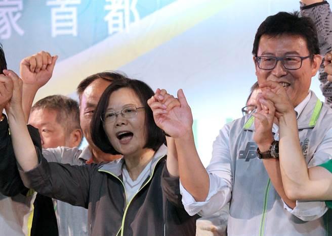 """蔡英文(左)14日替姚文智站台(图片来源:台湾""""中时电子报"""")"""