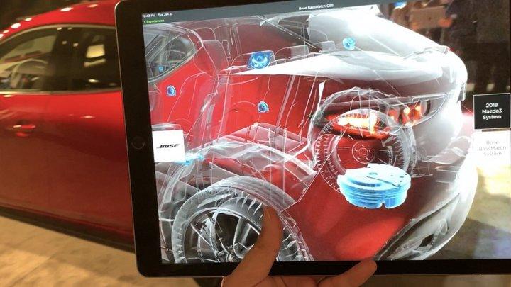 ▲ 通过 iPad 上的 AR 应用,我们可以看到车内结构,尾部蓝色为低音扬声器