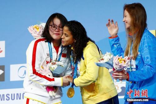 资料图:布达佩斯游泳世锦赛50米仰泳颁奖仪式。中新社记者 富田 摄