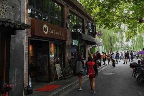 2017年10月4日,游客从咖啡馆的门前经过。 新华社记者 黄宗治 摄