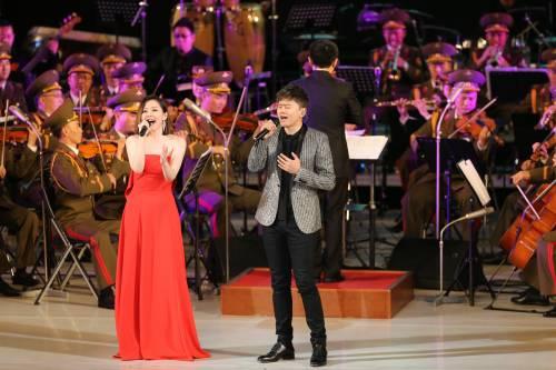 11月3日,在朝鲜平壤,中国歌手张靓颖(左)和张杰在演出现场演唱。(新华社)